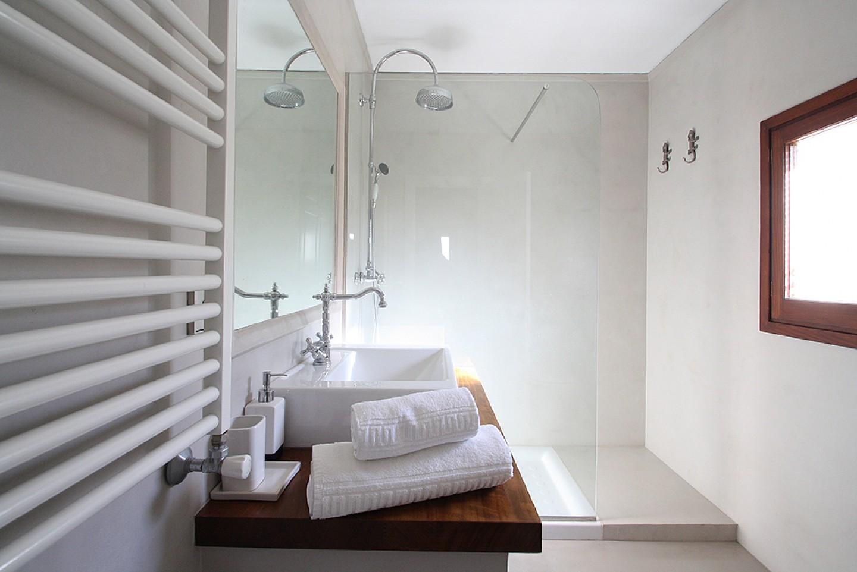 Современная ванная комната виллы в аренду на Ибице