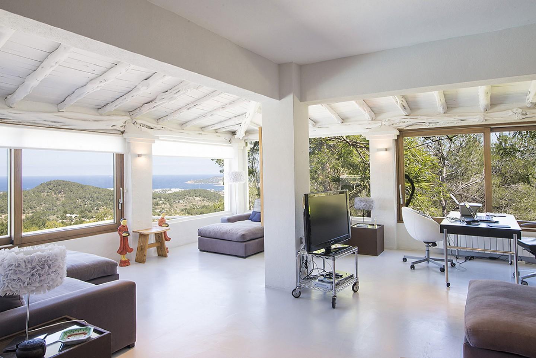Saló amb finestrals a l'exterior d'una vila d'estil eivissenc en lloguer a Sant Agustí, Eivissa