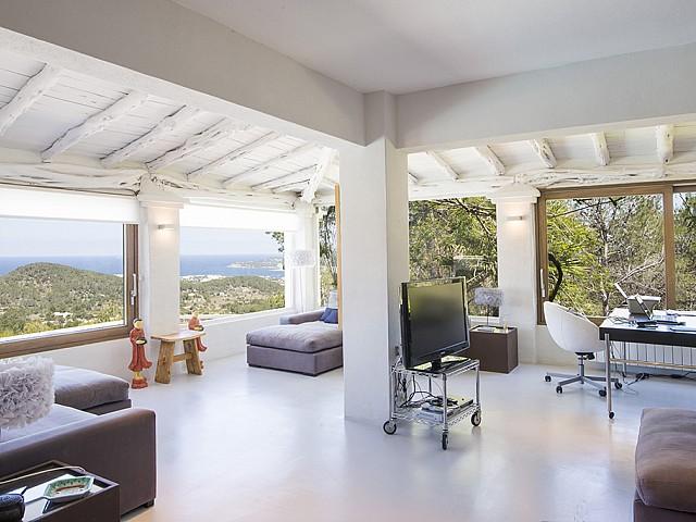 Sala de estar de preciosa villa en alquiler en San Agustin, Ibiza