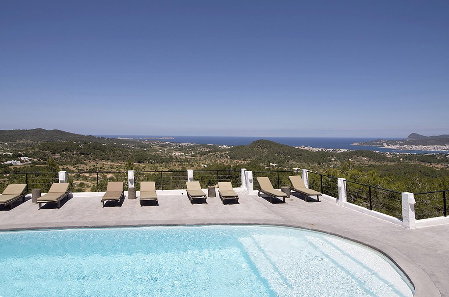 Шикарный бассейн с видом на море виллы в аренду на Ибице