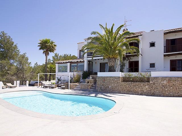 Piscina amb hamaques d'una vila d'estil eivissenc en lloguer a Sant Agustí, Eivissa