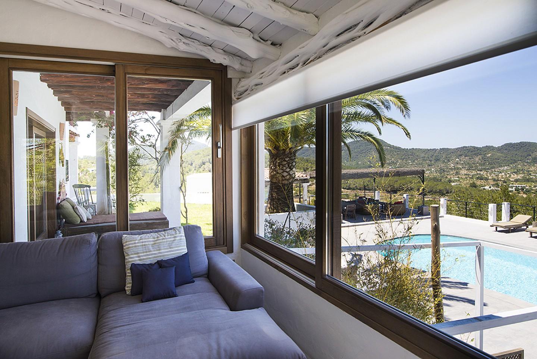 Sala d'estar amb vistes d'una vila d'estil eivissenc en lloguer a Sant Agustí, Eivissa