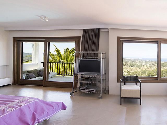 Dormitori amb balcó d'una vila d'estil eivissenc en lloguer a Sant Agustí, Eivissa