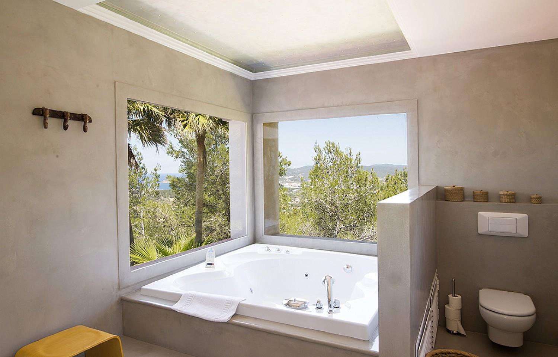 Baño con bañera de preciosa villa en alquiler en San Agustin, Ibiza