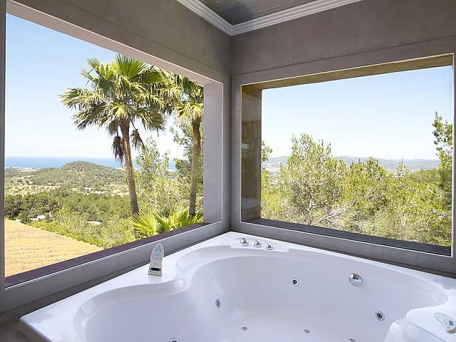 Bany amb banyera d'hidromassatge d'una vila d'estil eivissenc en lloguer a Sant Agustí, Eivissa