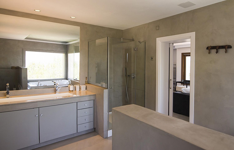 Baño con ducha de preciosa villa en alquiler en San Agustin, Ibiza