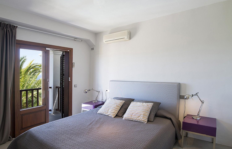 Habitación de matrimonio de preciosa villa en alquiler en San Agustin, Ibiza