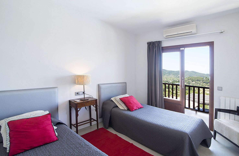 Dormitorio con dos camas de preciosa villa en alquiler en San Agustin, Ibiza