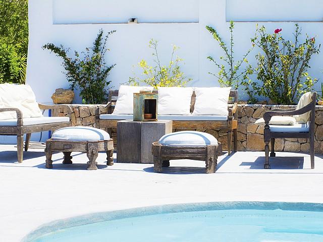 Zona chill out d'una vila d'estil eivissenc en lloguer a Sant Agustí, Eivissa
