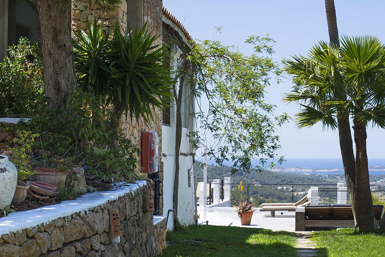 Exteriors  d'una vila d'estil eivissenc en lloguer a Sant Agustí, Eivissa