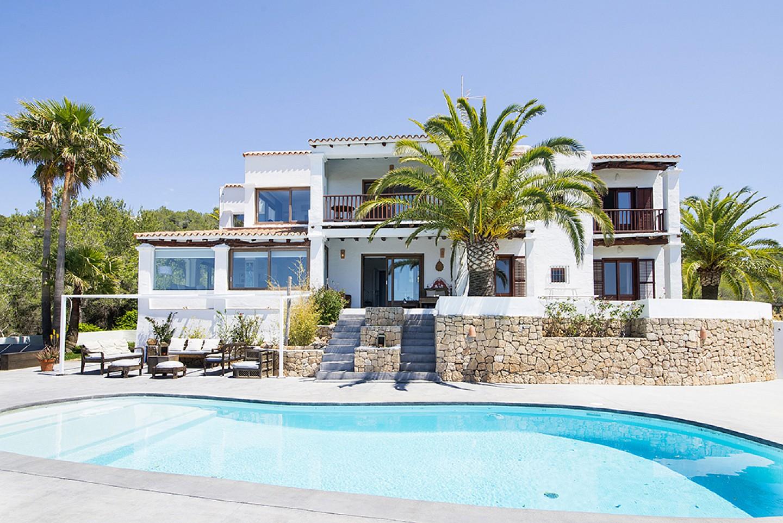 Fachada de preciosa villa en alquiler en San Agustin, Ibiza