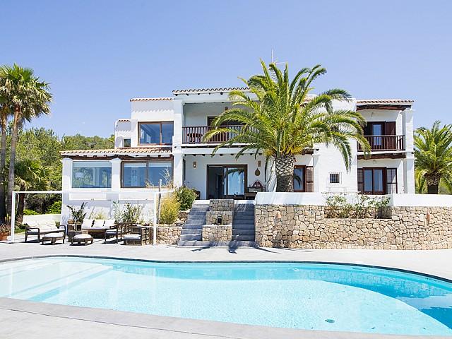 Exteriors amb piscina d'una vila d'estil eivissenc en lloguer a Sant Agustí, Eivissa