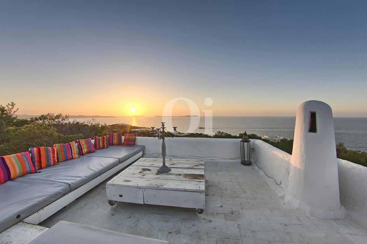 vista de zona de chillout con espectaculares vistas en en casa ibicenca en venta