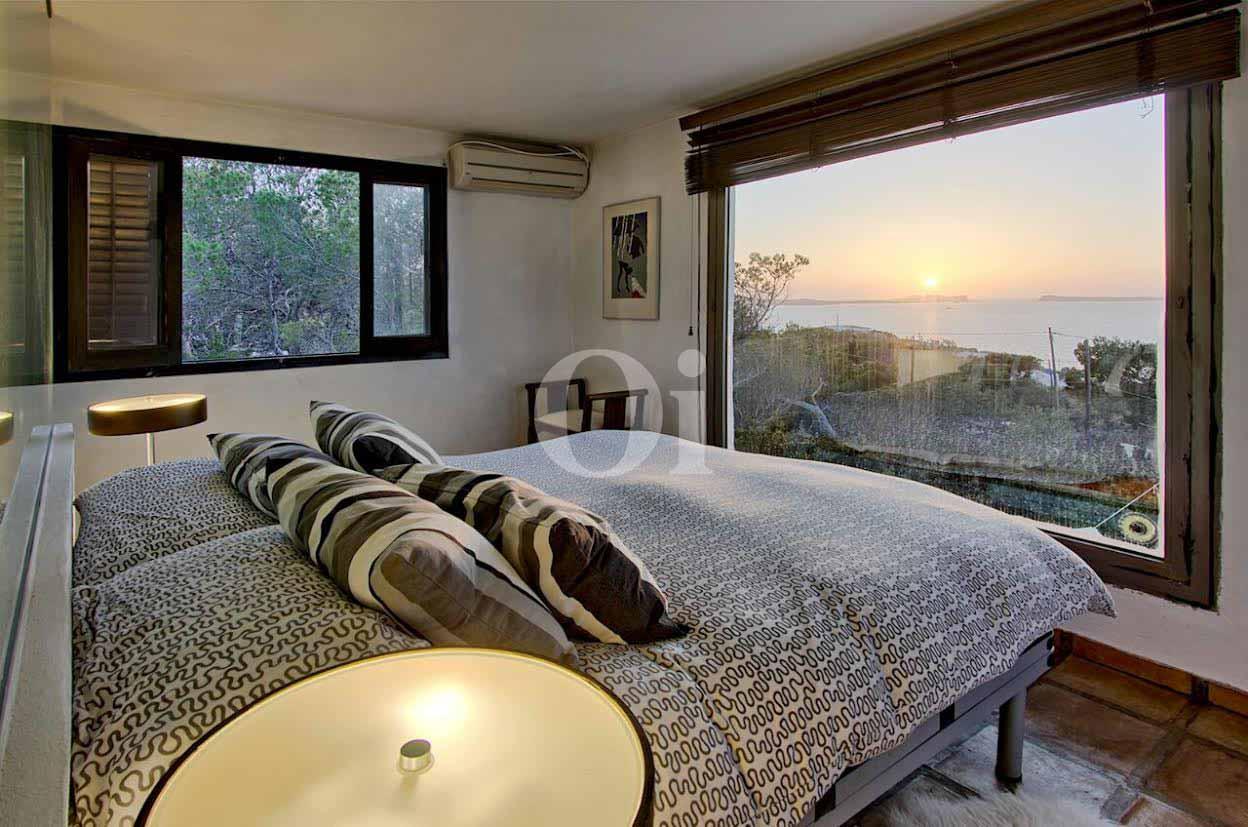 vista de dormitorio principal con sensacionales vistas exteriores al mar en casa  ibicenca en venta