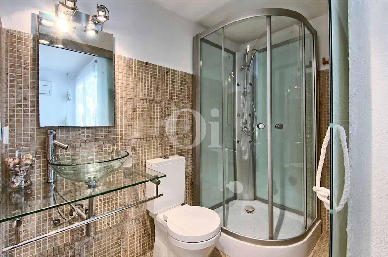 vista de de baño con gran ducha en casa en venta estilo ibicenco
