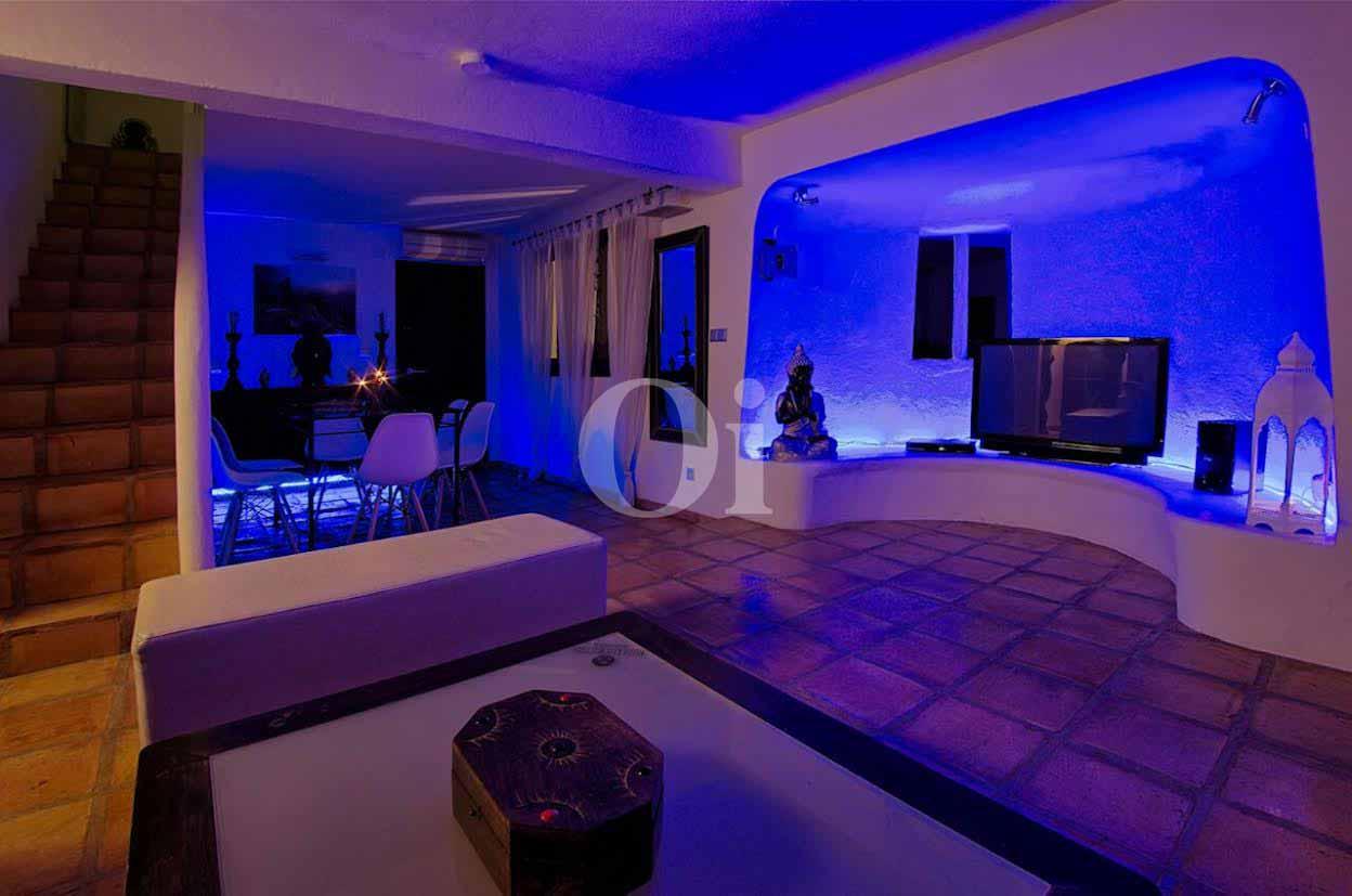 vista de salón  con luces leds de colores en villa estilo ibicenco en venta