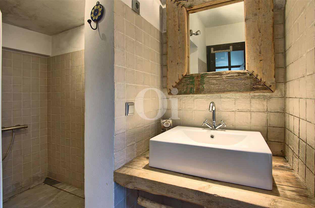 Bany amb dutxa d'una vila d'estil eivissenc en venda a Punta Galera, Eivissa