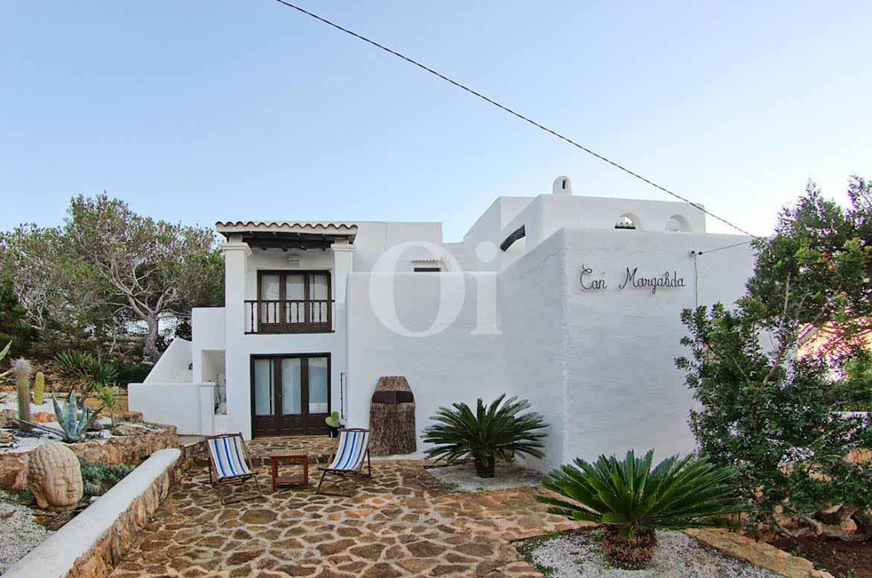 vista de exterior de bonita casa estilo ibicenco en venta