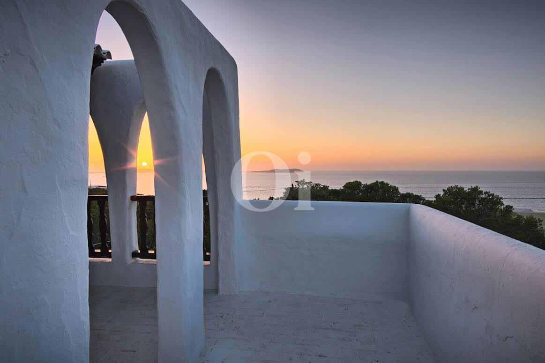 vista de terraza con vistas al mar y al atardecer en casa estilo ibicenco en venta