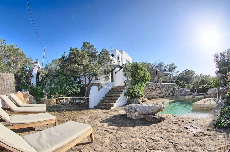 fantástica piscina en casa estilo ibicenco en venta
