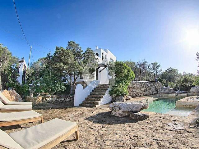 Solàrium amb hamaques d'una vila d'estil eivissenc en venda a Punta Galera, Eivissa