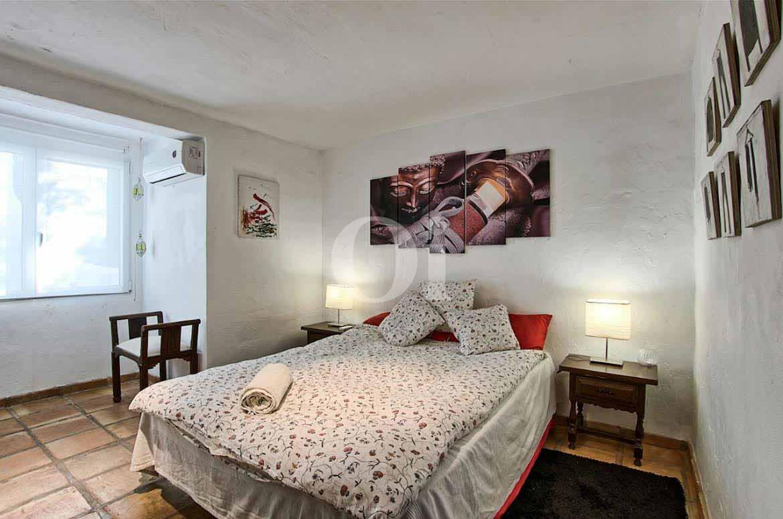 Dormitori d'una vila d'estil eivissenc en venda a Punta Galera, Eivissa