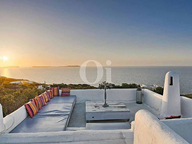 Terrassa amb vistes al mar d'una vila d'estil eivissenc en venda a Punta Galera, Eivissa