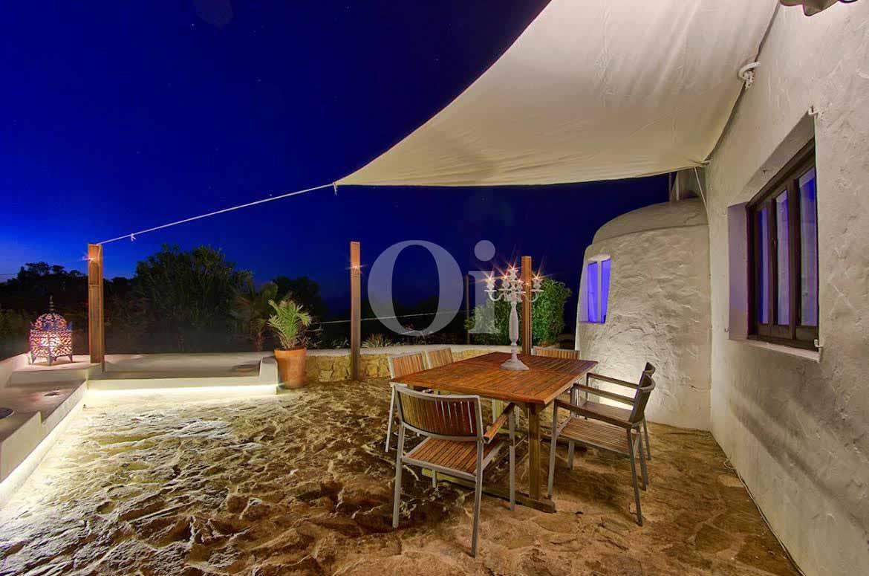 vista de terraza iluminada en villa estilo ibicenco en venta