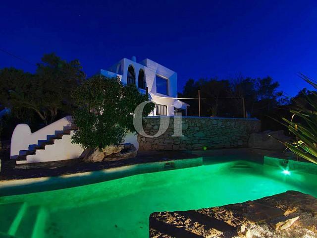 Piscina d'una vila d'estil eivissenc en venda a Punta Galera, Eivissa