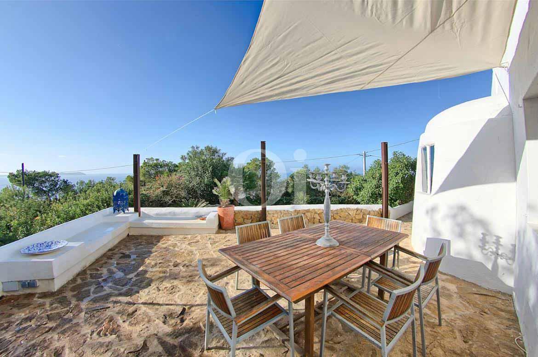 vista de terraza soledad con comedor en casa estilo ibicenco en venta