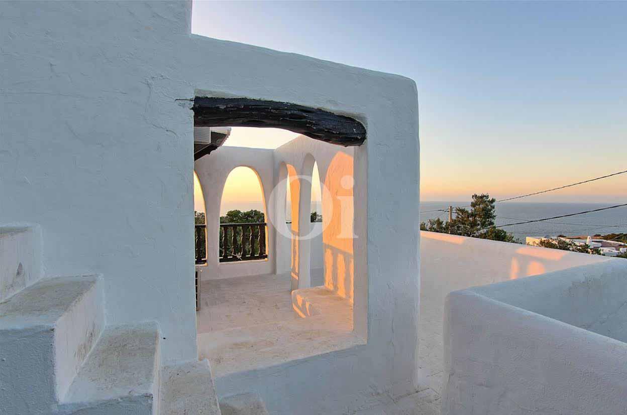 Part de la terrassa  d'una vila d'estil eivissenc en venda a Punta Galera, Eivissa