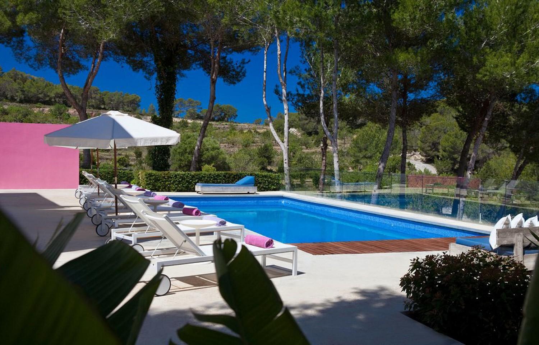 Piscina amb hamaques amb hamaques d'una vila en venda a Eivissa