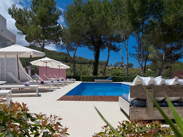 Piscina amb hamaques d'una vila en venda a Eivissa