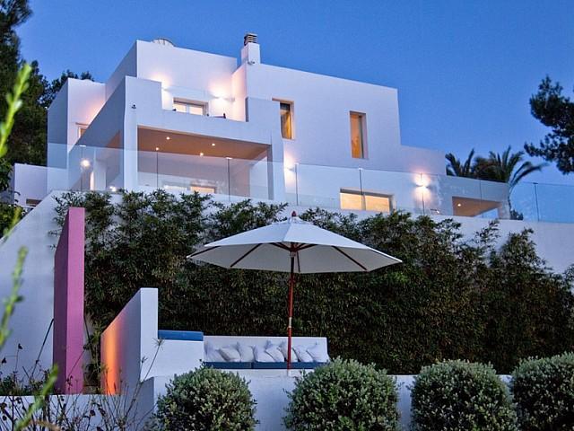 Fachada de exclusiva villa con fantasticas vistas en alquiler, Ibiza