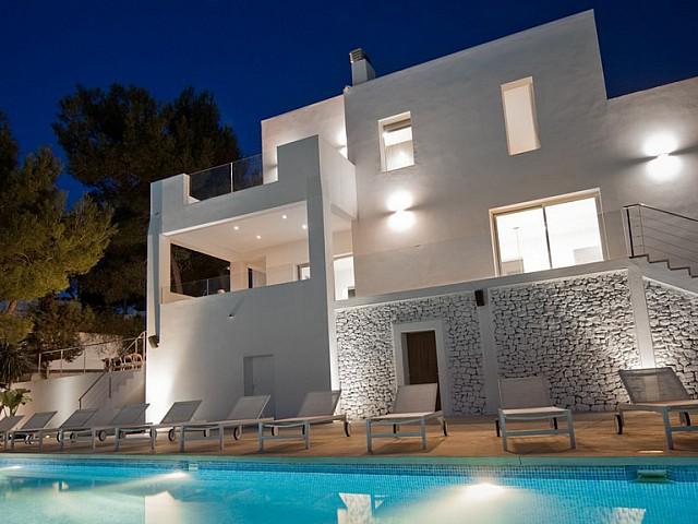 Exteriors d'una vila en venda a Eivissa