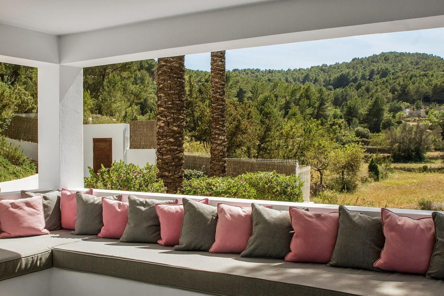 Arbor de exclusiva villa con fantasticas vistas en alquiler, Ibiza