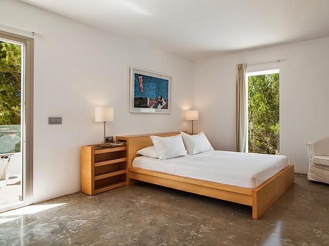 Уютная спальня виллы в аренду на Ибице