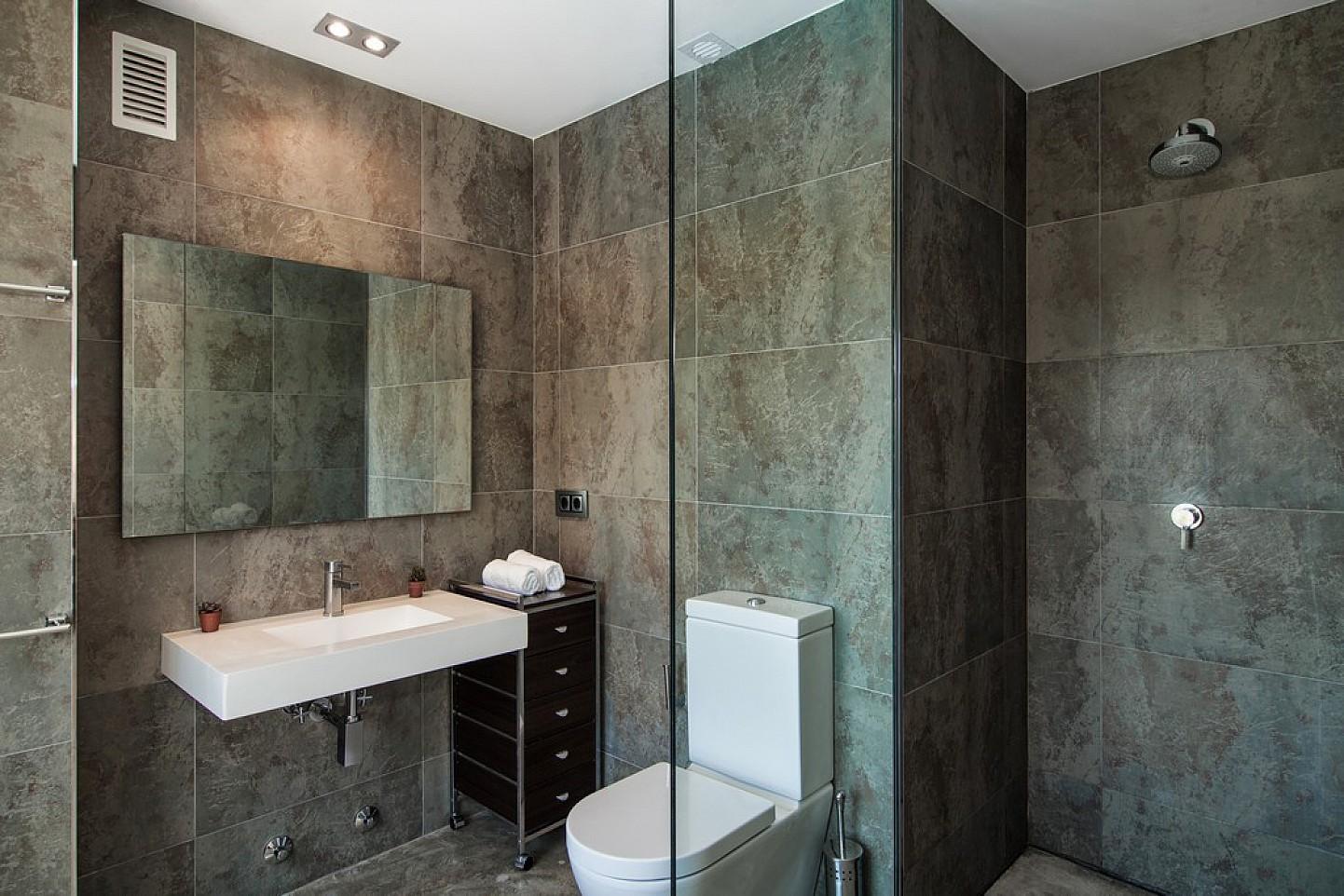Baño con ducha de exclusiva villa con fantasticas vistas en alquiler, Ibiza