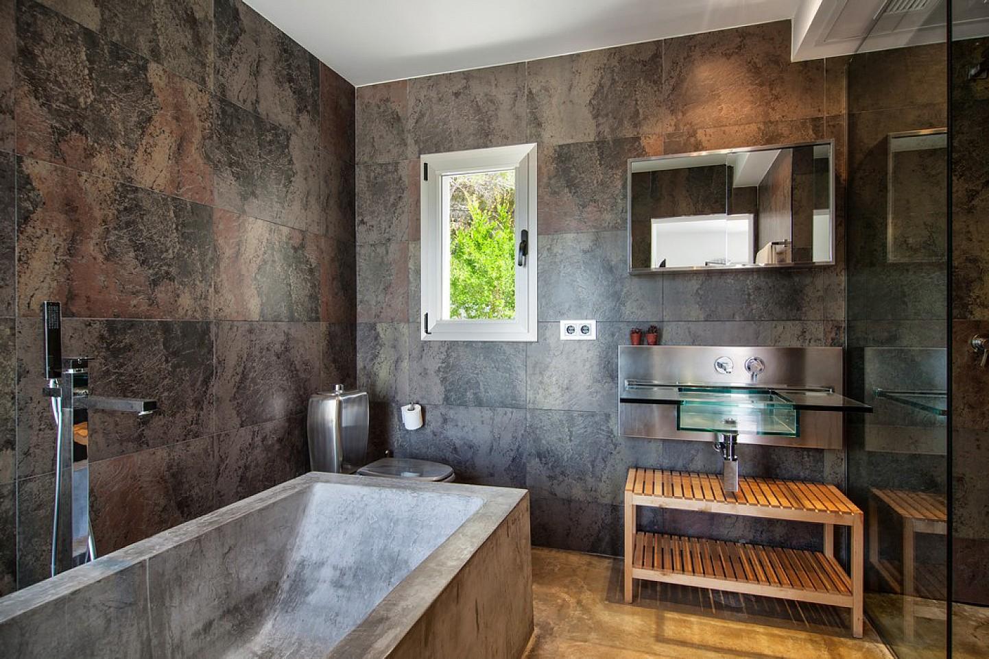 Bany amb banyera d'una vila en venda a Eivissa
