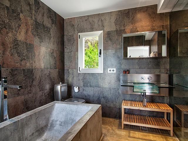 Baño con bañera de exclusiva villa con fantasticas vistas en alquiler, Ibiza