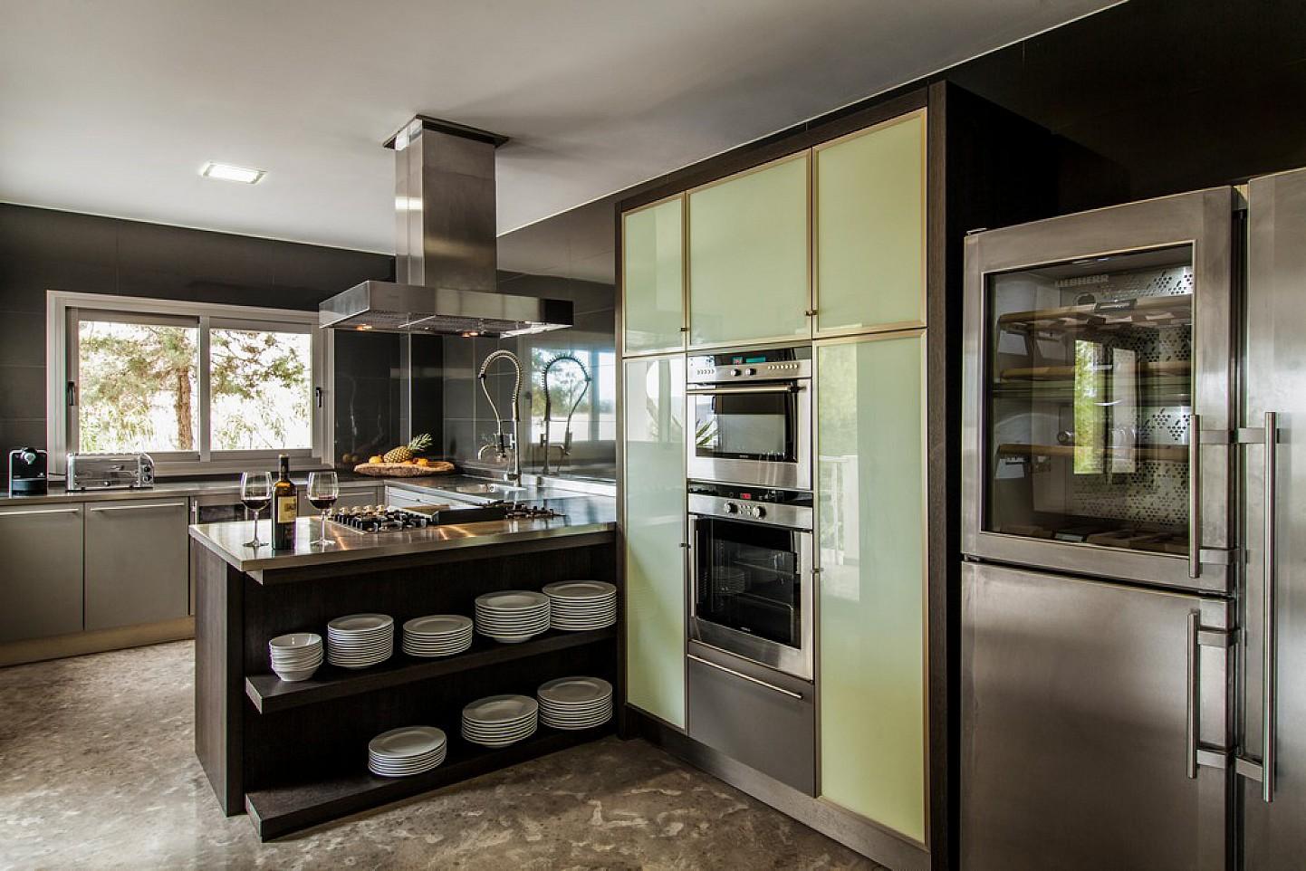 Cocina de exclusiva villa con fantasticas vistas en alquiler, Ibiza