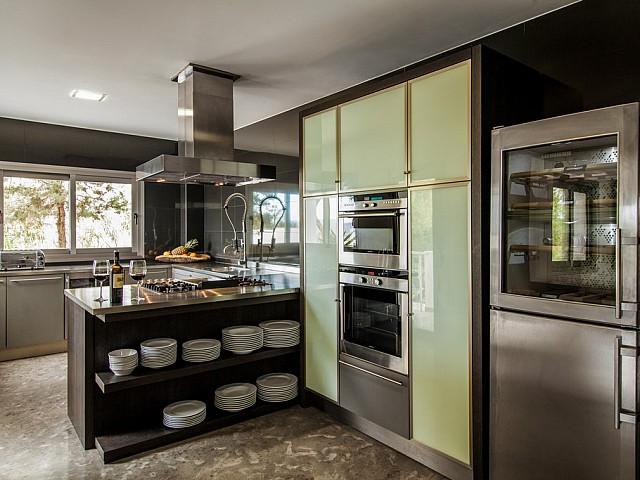 Оборудованная кухня виллы в аренду на Ибице