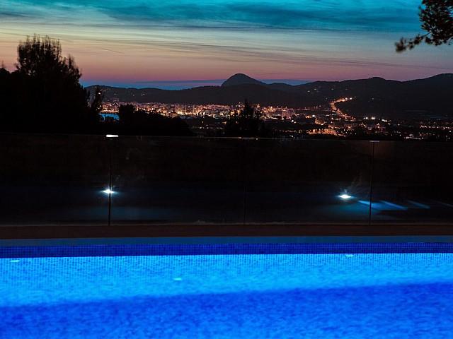 Piscina amb vistes d'una vila en venda a Eivissa