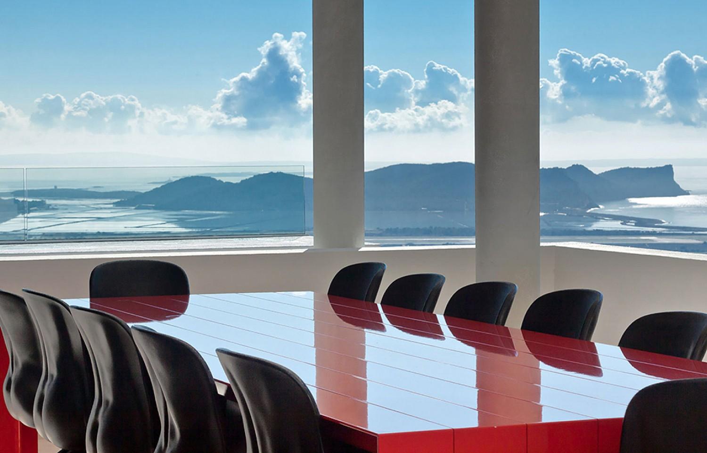 Salón-comedor de lujosa villa con maravillosas vistas en alquiler en Ibiza