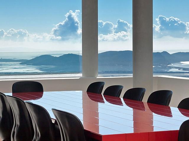 Sala de conferències amb grans finestrals a l'exterior