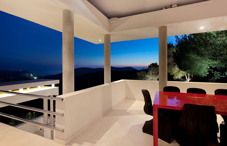 Vistas interiores de lujosa villa con maravillosas vistas en alquiler en Ibiza
