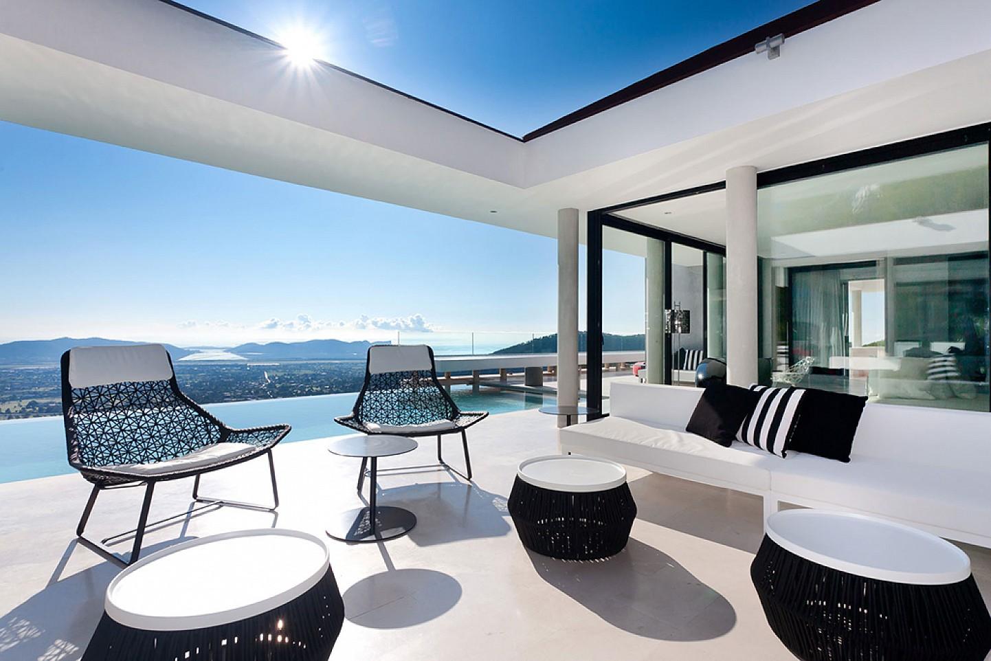 Comedor de verano de lujosa villa con maravillosas vistas en alquiler en Ibiza