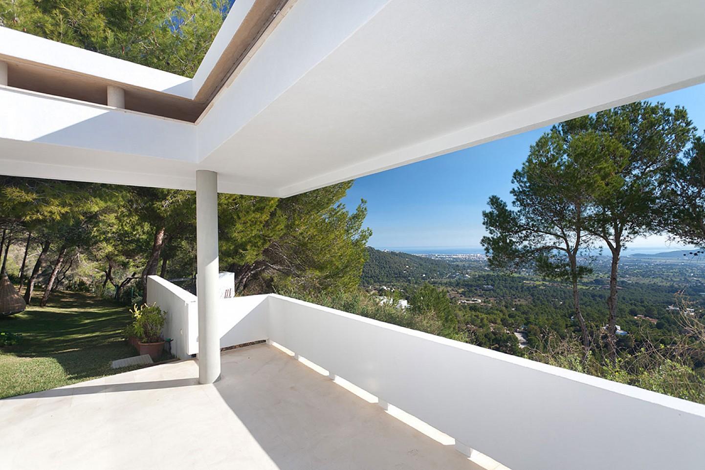 Terraza soleada de lujosa villa con maravillosas vistas en alquiler en Ibiza