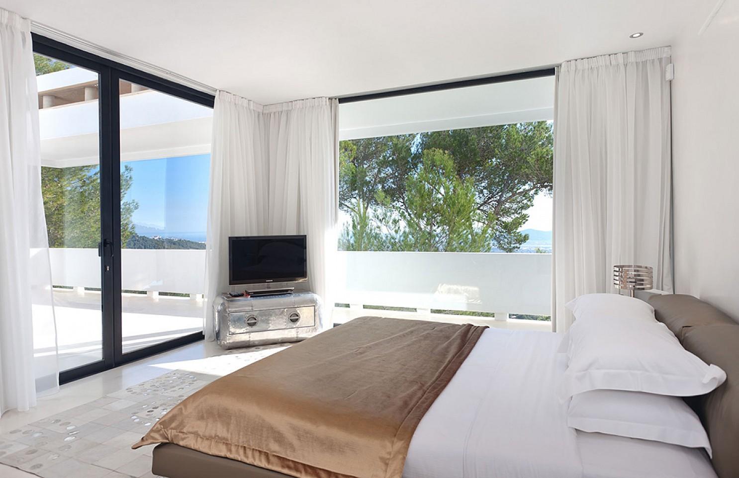 Dormitorio de lujosa villa con maravillosas vistas en alquiler en Ibiza