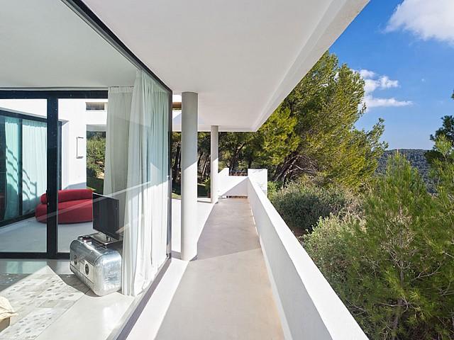 Balcón de lujosa villa con maravillosas vistas en alquiler en Ibiza